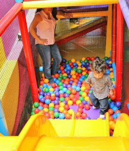 Juegos infantiles en plaza comercial